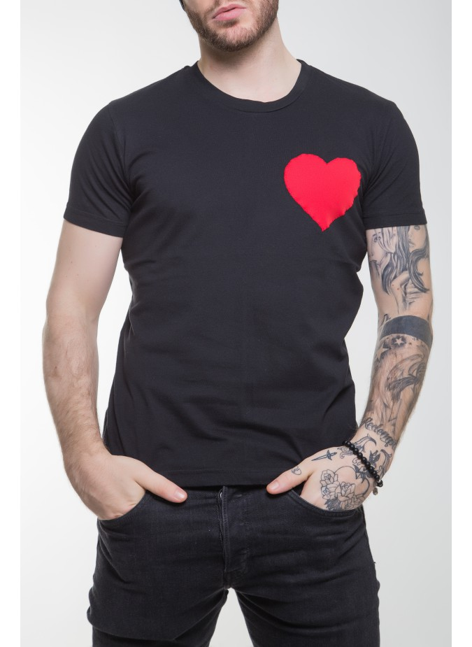 T-shirt nera cuore rosso